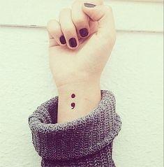 Un punto e virgola sulla pelle: il tatuaggio di chi ha scelto di vivere