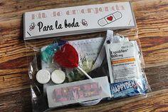 Kit de emergencia para la boda de Álvaro y Stella y el resto de sus detalles que giraron en torno al diseño personalizado preparado para su boda.