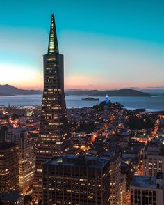 Transamerica Tower by by San Francisco Feelings San Francisco Sites, City Lights At Night, San Fransisco, San Francisco California, Barcelona, Environment Design, California Travel, Santa Monica, Bay Area