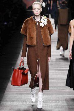 Fendi   Fall 2014 Ready-to-Wear Collection   Fourrure - Brun - Veste - Robe - Sac - Red