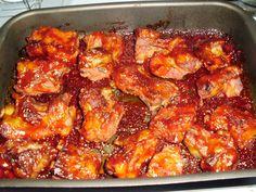 Ragacsos sült oldalas     Hozzávalók:     2 kg húsos sertésoldalas   1 nagy fej és 4 gerezd fokhagyma   8 dl ketchup   8 ek mé...