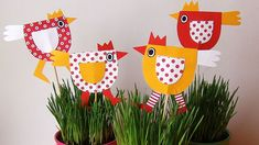 Blíží se velikonoce a je třeba se na ně dobře připravit. Vyrobte si spolu s dětmi vlastní jednoduché dekorace, které se budou líbit. A když věnujete koledníkům k vajíčkům ještě takovou slepičku na špejli, budou určitě nadšení. Paper Crafts For Kids, Christmas Crafts For Kids, Easter Crafts, Holiday Crafts, Diy And Crafts, Spring Activities, Craft Activities, Class Decoration, Mother's Day Diy
