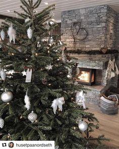 Det er tidlig enda men vi gleder oss så veldig til jul  Se så fint det er hos @husetpaanordseth  Denne dama kan virkelig pynte opp til enhver anledning  #jul2016 #julepynt #juletre #interior123 #inspo #christmasinspo