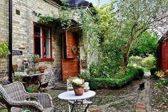 Tomegapsgatan i Lund Outdoor Rooms, Outdoor Gardens, Outdoor Living, Outdoor Decor, Cottages And Bungalows, English Countryside, Garden Inspiration, Garden Ideas, Backyard Landscaping