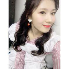 Shy Girls, Kpop Girls, K Pop, Kpop Girl Groups, Korean Girl Groups, Tzuyu And Sana, Sana Momo, Twice Sana, Minatozaki Sana