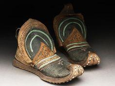 Botas chinas de hombre, c. 1801-1869. CuerO con decoraciones en cuero, hilo metálico y algodón, 20 x 29 x 15 cm aprox. cada una. Proveniencia: Kashgar o Yarkand, ciudades de la provincia de Sinkiang, en China (Museo Ashmolean - Oxford, UK)