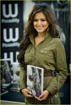 Cheryl Cole Photos - Cheryl Cole attends a book signing for her new book 'Through My Eyes' at Waterstones Piccadilly on October 2010 in London, England. - Cheryl Cole 'Through My Eyes' Book Signing Cheryl And Liam Baby, Barbacoa, Cheryl Ann Tweedy, Girls Aloud, Shes Perfect, Cheryl Cole, Messy Hairstyles, Hairdos, Hair Beauty