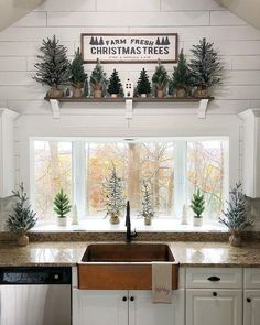 🎄 45 Cozy Christmas Kitchen Decorating Ideas That You Have To See — SE Farmhouse Christmas Decor, Cozy Christmas, Primitive Christmas, Little Christmas, Rustic Christmas, White Christmas, Christmas Holidays, Christmas Kitchen Decorations, Christmas Ideas