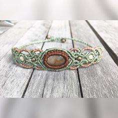 Habt ihr schon dieses Armband gesehen? Ich liebe ja zwei farbige Armbänder, ich finde die Farben und die Steine harmonieren super zusammen ☀️💗🦋 #gemstone #gemstones #gemstonesjewelry #micromacramee #micromacrame #makrameeschmuck #macrame #macramé #knots #macramegarn #macramelovers #handmade #edelsteine #instagood #kreativ #schmuck #somabu #jaspis #bracelet #macramebracelets #macramebracelet #makrameearmband #armband #bracelets