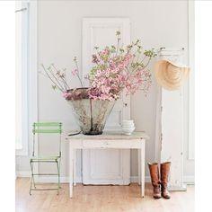Mesas tocineras que te dan la bienvenida cuando llegas a casa y te resuelven cualquier rincón... www.anticandchic.es > shop > muebles > mesas (Via @dreamywhiteslifestyle )
