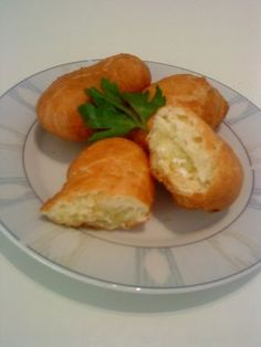 Νόστιμη, παραδοσιακή εύκολη ζύμη για πιροσκί με γέμιση από το αγαπημένο μας τυρί! Μπορείτε να χρησιμοποίησετε αντί για φέτα όποιο τυρί θέλετε. Pureed Food Recipes, Greek Recipes, Cooking Recipes, Greek Appetizers, My Cookbook, Finger Foods, Feta, Food To Make, Cake Recipes