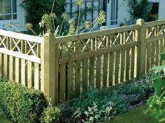 clôture-jardin-basse-barrière-bois-clair-vernis-éléments-décoratifs