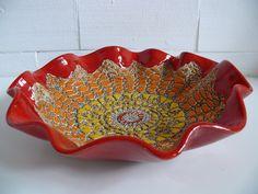 Czerwona pofalowana misa ceramiczna z kolorowym motywem koronki Wymiary: średnica 32 cm wysokość 8 cm Tworzywo - Krzysia Owczarek