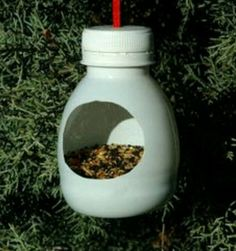 Cool idea to recycle plastic bottles Bird Crafts, Nature Crafts, Garden Crafts, Recycled Crafts, Garden Projects, Bird Feeder Craft, Bird House Feeder, Hanging Bird Feeders, Homemade Bird Feeders