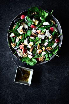 Een spinaziesalade met walnoten, appel en feta is zo'n eenvoudige maar heerlijke combinatie. Het is gewoon bijzonder dat dit recept nog niet op Voedzaam & Snel stond. Dus bij deze! We maken de salade af met een heerlijke en even eenvoudige dressing van honing, mosterd en olijfolie. Een beetje zoet combineert mooi met de zoute...Lees verder Vegetarian Recipes, Healthy Recipes, Healthy Food, Vegan Foods, I Love Food, Cobb Salad, Feta, Food And Drink, Easy Meals