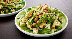 Rucola-avokadosalaattia, salaattijuustoa, aurinkokuivattuja tomaatteja ja hasselpähkinöitä