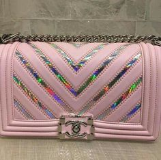A Chanel handbag is anticipated to get trendy. So how could you get a Chanel handbag? Burberry Handbags, Chanel Handbags, Tote Handbags, Purses And Handbags, Luxury Bags, Luxury Handbags, Cute Purses, Chain Shoulder Bag, Backpack Purse