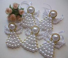 Angioletti di perline: tutorial* How to make beaded angels Beaded Christmas Ornaments, Angel Ornaments, Christmas Jewelry, Christmas Angels, Angel Crafts, Christmas Projects, Holiday Crafts, Beaded Angels, Navidad Diy