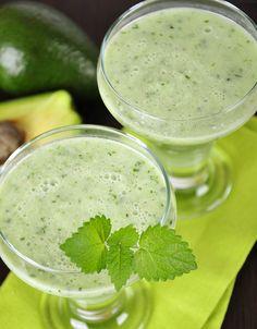 Katkaise arkiset aamupalarutiinit avokadolassilla! Avokado ja mango muuttuvat herkulliseksi juomaksi jogurtin ja mintun voimalla.1. Soseuta avokado sitruunamehun kanssa. Lisää jogurtti ja mangosose.2....