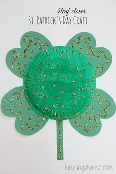 Simple St Patrick's Day Craft - Paper Plate 4 Leaf Clover (pinned by Super Simple Songs) for Diy St Patrick's Day Crafts, March Crafts, Spring Crafts, Holiday Crafts, Crafts For Kids, Toddler Crafts, Easy Crafts, Paper Plate Art, Paper Plate Crafts