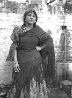 Multiculturalism for Steampunk: CYL:The Roving Roma - Yipunka Koudaoff, 1914. Note what you can't see: Most of her body... (U. of Liverpool)