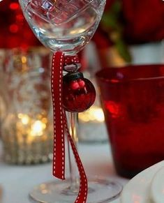 Christmas bulb ornament and ribbon. Such a simple yet thoughtful idea for Holiday entertaining. Also, they make the cutest little ornaments for mini christmas trees you could use! Everyone will know which glass is their's! Christmas Friends, Noel Christmas, Little Christmas, All Things Christmas, Winter Christmas, Christmas Bulbs, Christmas Crafts, Beach Christmas, Christmas Ideas