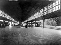 Repronegatief. Perron Pasar Senen met gereedstaande treinen, Weltevreden, Batavia
