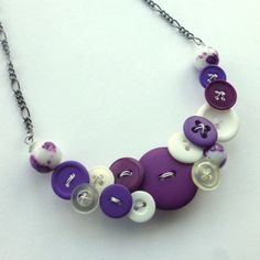 Lila und weißen Button und Halskette auf Etsy, 23,69€