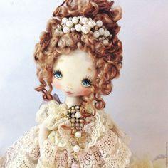 Купить или заказать Pearl в интернет-магазине на Ярмарке Мастеров. Pearl Интерьерная коллекционная текстильная кукла. Рост 32 см. Многослойная юбка из кружев ручного крашения, кружева на сетке. Расшита вручную бисером 32 оттенков. На лифе натуральные жемчужинки, бусины сваровски, стразы, элементы винтажного кружева. Рукава и лиф расшиты микро бисером. Волосы натуральные ,причёска зафиксирована, не разбирается. Украшения для волос- ободок тиара( филигрань,…