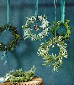Liguster, Salbei, Thymian, Lorbeer und Olivenzweige - mediterran, ungewöhnlich, aber nicht minder weihnachtelich, wenn sie zu solch schönen Kränzen gebunden...