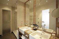 Badezimmer Suite mit Doppelwaschbecken sowie Dusche und Badewanne