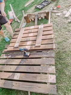 DIY Easy Pallet wood Reclining Sun Lounger Backyard Pallet Ideas, Pallet Home Decor, Pallet Furniture Plans, Diy Pallet Projects, Cool Diy Projects, Garden Projects, Wood Projects, Outdoor Projects, Garden Furniture