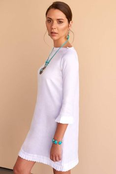 Feminine, classic and all things pretty is the message with the white linen Jamyla dress. Fácil Blanco is proudly designed and tailored in Dubai from Italian linen. Denim Fashion, Fashion Outfits, White Kaftan, Quoi Porter, White Linen Dresses, Wide Leg Linen Pants, Caftan Dress, Shabby Look, Feminine Dress
