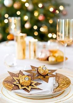 Decorating and giving presents with the pralines of Ferrero – table decoration - Easy Craft Ideas Noel Christmas, All Things Christmas, Christmas And New Year, Winter Christmas, Christmas Crafts, Christmas Ornaments, Christmas Table Settings, Christmas Tablescapes, New Years Decorations