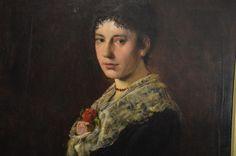 Frau mit Bernsteinkette und festgesteckten Rosen