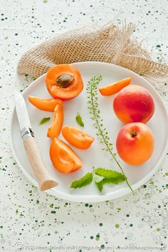 juicy and photogenic apricots [Photo: Flynn Averett Wolff] Fruit And Veg, Fruits And Vegetables, Fresh Fruit, Fruit Food, Orange Recipes, Raw Food Recipes, Frangipane Tart, Whats For Lunch, Juicy Fruit