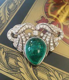 Emerald cabochon brooch #preciousstone #luxuryjewels #martindudaffoy #placevendome