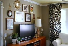 love the pictures hanging around the tv. and the walls, love planked walls! Living Room Tv, Apartment Living, Home And Living, Dining Room, Decor Around Tv, Cool Walls, Tv Walls, My Home Design, Planked Walls