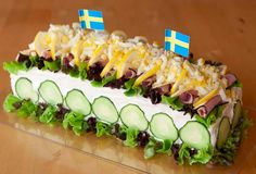 Smörgåstårta... :D Light Sandwiches, Party Sandwiches, Sandwich Cake, Loaf Recipes, Easy Cake Recipes, Retro Recipes, Ethnic Recipes, Quick Pickled Red Onions, Red Onion Recipes