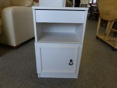 Bedside table -------------- £7 (pc138)