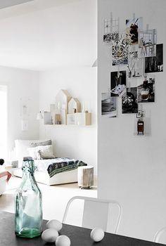 Ddrewniane domki. Białe ściany w salonie. Skandynawskie wnętrze.