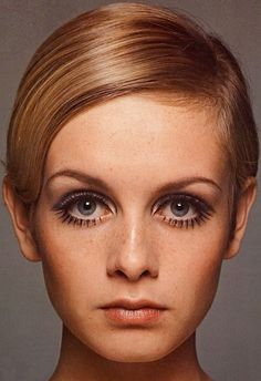 Twiggy in psychedelic technicolor: Her wide eyes, well-sculpted jaw structure, freckles and scarce - perfect in every way!