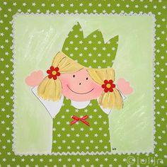 Meisje Vita geschilderd op een kinderkamer schilderij van limegroene stof met witte sterren. Vita heeft een strikje op haar Jurkje en bloemetjes van vilt in haar haar! www.julijn.nl