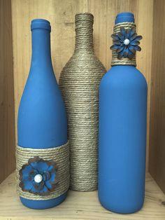Denim blue colored wine bottle with twine and painted metal flowers Blaue Weinflasche mit Schnur und Liquor Bottle Crafts, Recycled Wine Bottles, Wine Bottle Art, Painted Wine Bottles, Diy Bottle, Glass Bottles, Blue Bottle, Crafts With Bottles, Decorate Wine Bottles