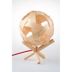 Descrição técnica: Luminária com estrutura de madeira (pinheiro de 1ª), cúpula de lâminas de madeira trançadas e cabo elétrico PP com revestimento téxtil colorido. Cores dos cabos: Vermelho; Azul; Amarelo; Verde; Laranja Luminária para lâmpadas com rosca E27. Voltagem: Bivolt Dimensões ± : (LxAxP) 25 x 40 x 25cm Peso: 414g Designer: Igor Hatanda  Seu nome homenageia um grande produtor musical e DJ de rap japonês chamado de Seba Jun, conhecido artisticamente como Nujabes. Se ficou…