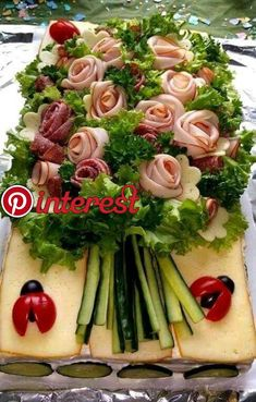 Ramo de salchichas y verduras. - Gesunde ernährung - Appetizers for party Ramo de salchichas y verduras. Meat Trays, Meat Platter, Food Trays, Deli Tray, Cheese Platters, Appetizers For Party, Appetizer Recipes, Good Food, Yummy Food