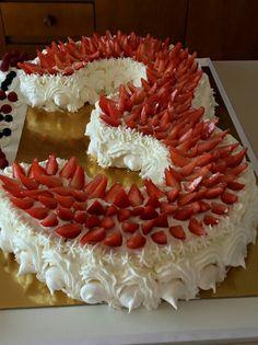 Pan di spagna e crema per questa torta di compleanno alle fragole… basta dividere un pan di spagna in due e formare il numero