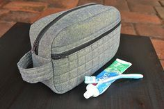 Sewing Gifts For Men Toiletry Bag for Dad Tutorial. - Let's create a Toiletry Bag together! Blue Susan Makes shows us how to make a great dad inspired toiletry bag. Come get inspired with us today! Bag Pattern Free, Pouch Pattern, Bag Patterns To Sew, Pattern Ideas, Bag Quilt, Mens Travel Bag, Diy For Men, Quilted Bag, Toiletry Bag