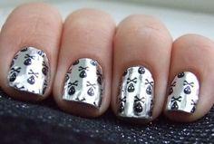 Little black skulls nail foil (foil de caveirinhas pretas)