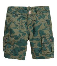 Short en twill souple de coton lavé. Modèle avec poches latérales et poches à rabat pressionné sur les jambes et dans le dos. Élastique réglable à la taille et braguette zippée avec bouton-pression. 20$